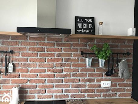 Aranżacje wnętrz - Kuchnia: Biel i drewno - Mała czarna kuchnia jednorzędowa, styl skandynawski - AJ-Strefa Kuchni. Przeglądaj, dodawaj i zapisuj najlepsze zdjęcia, pomysły i inspiracje designerskie. W bazie mamy już prawie milion fotografii!