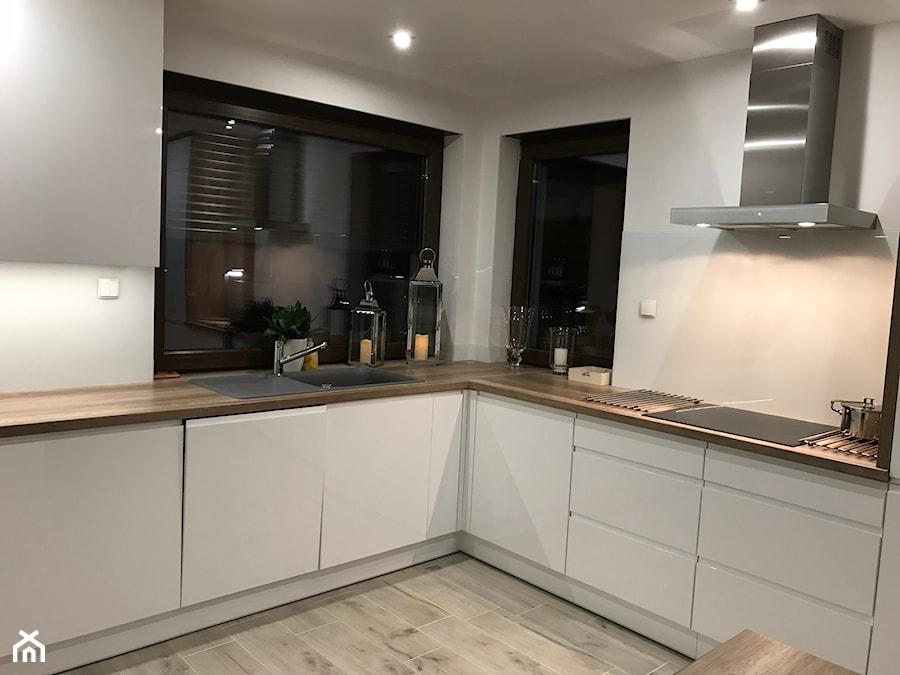 Kuchnia biały połysk + drewno - Duża biała kuchnia w kształcie litery l w aneksie z oknem, styl nowoczesny - zdjęcie od AJ-Strefa Kuchni