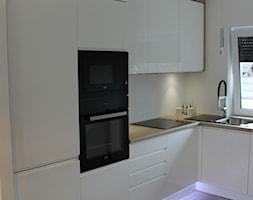 Biały lakier+Dąb Sonoma - Średnia otwarta biała kuchnia w kształcie litery l z oknem, styl nowoczesny - zdjęcie od AJ-Strefa Kuchni - Homebook