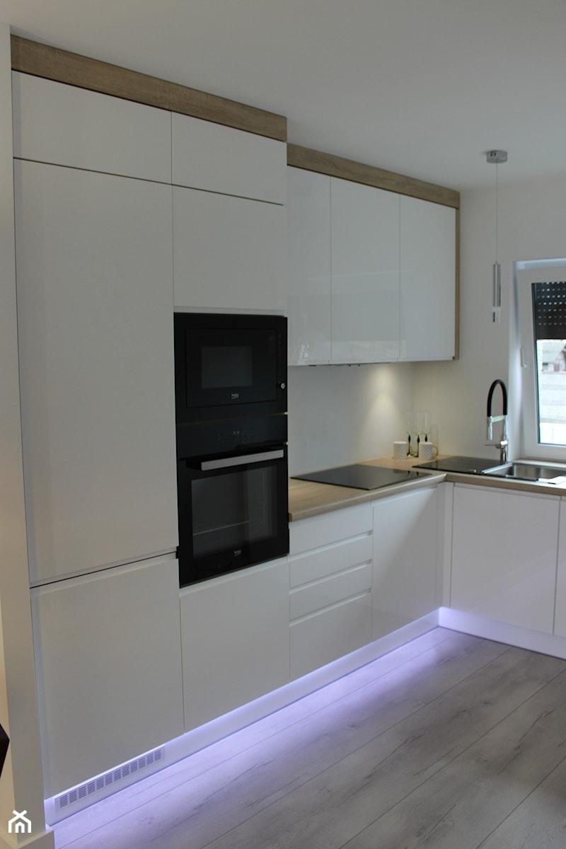 Biały lakier+Dąb Sonoma - Średnia otwarta biała kuchnia w kształcie litery l z oknem, styl nowoczes ... - zdjęcie od AJ-Strefa Kuchni