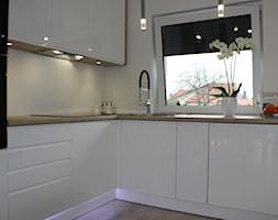 Biały lakier+Dąb Sonoma - Mała zamknięta biała kuchnia w kształcie litery l z oknem, styl nowoczesny - zdjęcie od AJ-Strefa Kuchni - Homebook