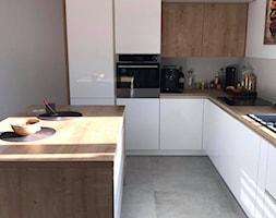 Biały połysk+dab Hamilton Egger - Średnia szara kuchnia w kształcie litery l w aneksie z wyspą z oknem, styl nowoczesny - zdjęcie od AJ-Strefa Kuchni - Homebook