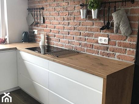 Aranżacje wnętrz - Kuchnia: Biel i drewno - Średnia otwarta biała kuchnia w kształcie litery l z oknem, styl skandynawski - AJ-Strefa Kuchni. Przeglądaj, dodawaj i zapisuj najlepsze zdjęcia, pomysły i inspiracje designerskie. W bazie mamy już prawie milion fotografii!