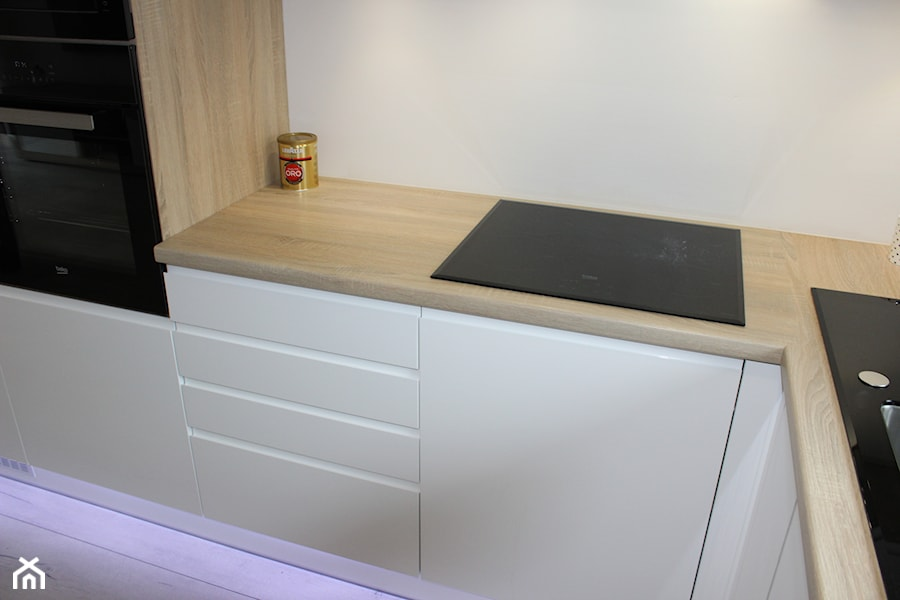 Biały lakier+Dąb Sonoma - Średnia biała kuchnia w kształcie litery l, styl nowoczesny - zdjęcie od AJ-Strefa Kuchni