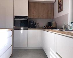 Biały połysk+dab Hamilton Egger - Średnia biała kuchnia w kształcie litery l w aneksie z wyspą z oknem, styl nowoczesny - zdjęcie od AJ-Strefa Kuchni - Homebook