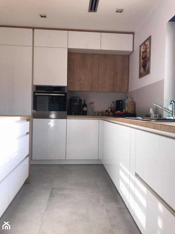 Biały połysk+dab Hamilton Egger - Średnia biała kuchnia w kształcie litery l w aneksie z wyspą z okn ... - zdjęcie od AJ-Strefa Kuchni