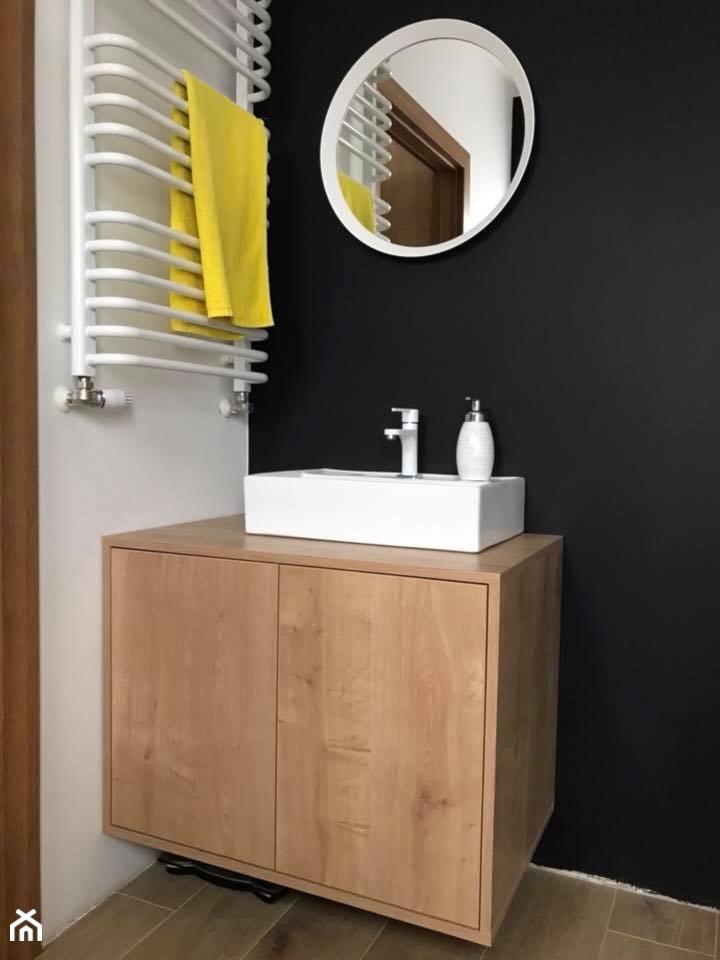Kuchnia biała + dąb Hamilton - Mała czarna szara łazienka na poddaszu w bloku w domu jednorodzinnym ... - zdjęcie od AJ-Strefa Kuchni