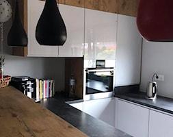 Szary połysk+dąb lancelot+ciemny blat - Średnia biała kuchnia w kształcie litery u w aneksie, styl skandynawski - zdjęcie od AJ-Strefa Kuchni - Homebook