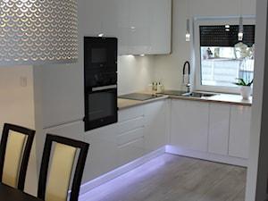 Biały lakier+Dąb Sonoma - Średnia biała kuchnia w kształcie litery l w aneksie z oknem, styl nowoczesny - zdjęcie od AJ-Strefa Kuchni