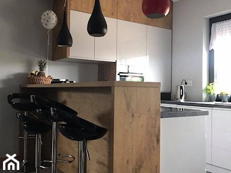 Aranżacje wnętrz - Kuchnia: Szary połysk+dąb lancelot+ciemny blat - Mała szara kuchnia w kształcie litery u w aneksie z wyspą z ... - AJ-Strefa Kuchni. Przeglądaj, dodawaj i zapisuj najlepsze zdjęcia, pomysły i inspiracje designerskie. W bazie mamy już prawie milion fotografii!