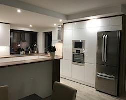 Kuchnia biały połysk + drewno - Średnia otwarta biała kuchnia w kształcie litery g w aneksie z oknem, styl nowoczesny - zdjęcie od AJ-Strefa Kuchni