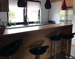Szary połysk+dąb lancelot+ciemny blat - Średnia kuchnia w kształcie litery g w aneksie z wyspą z oknem, styl skandynawski - zdjęcie od AJ-Strefa Kuchni - Homebook