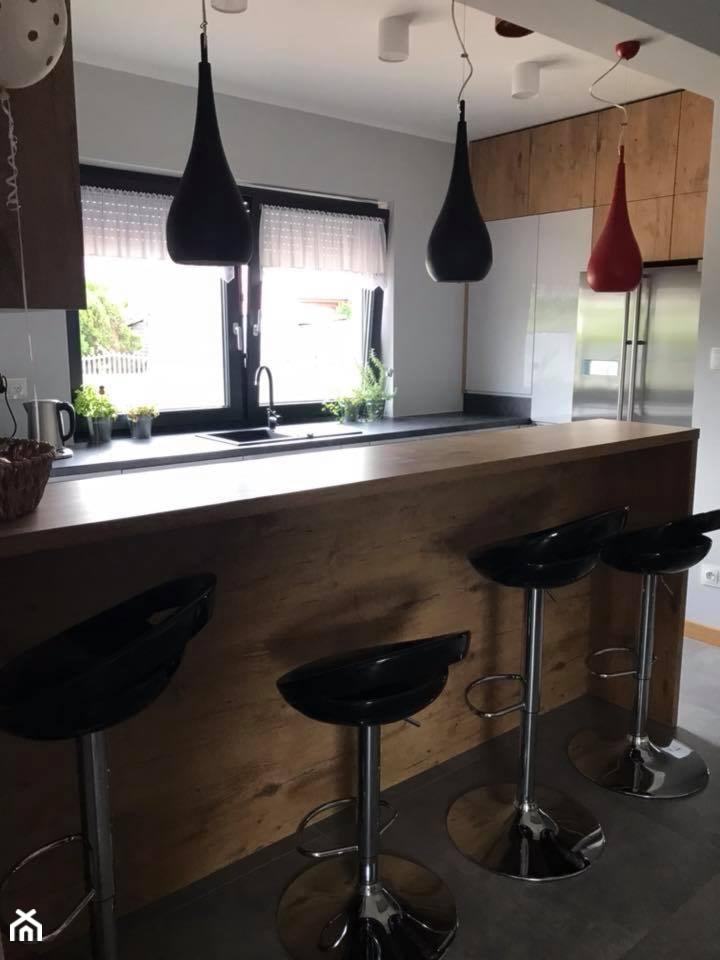Szary połysk+dąb lancelot+ciemny blat - Średnia kuchnia w kształcie litery g w aneksie z wyspą z okn ... - zdjęcie od AJ-Strefa Kuchni