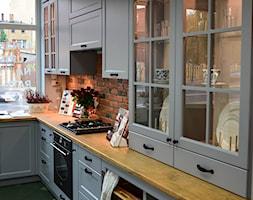 Kuchnia w stylu wiejskim - Mała wąska szara kuchnia w kształcie litery l, styl prowansalski - zdjęcie od AJ-Strefa Kuchni