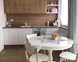 Kuchnia biała + dąb Hamilton - Mała biała beżowa kuchnia jednorzędowa w aneksie z oknem, styl nowoczesny - zdjęcie od AJ-Strefa Kuchni - Homebook