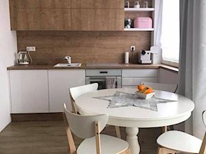 Kuchnia biała + dąb Hamilton - Mała biała beżowa kuchnia jednorzędowa w aneksie z oknem, styl nowoczesny - zdjęcie od AJ-Strefa Kuchni