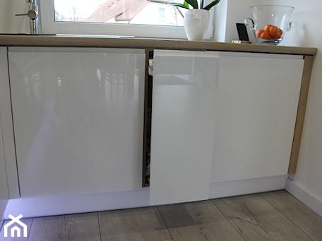 Aranżacje wnętrz - Kuchnia: Biały lakier+Dąb Sonoma - Biała kuchnia w kształcie litery l, styl nowoczesny - AJ-Strefa Kuchni. Przeglądaj, dodawaj i zapisuj najlepsze zdjęcia, pomysły i inspiracje designerskie. W bazie mamy już prawie milion fotografii!