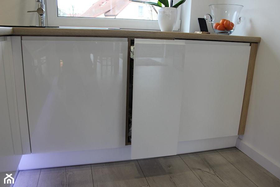 Biały lakier+Dąb Sonoma - Biała kuchnia w kształcie litery l, styl nowoczesny - zdjęcie od AJ-Strefa Kuchni