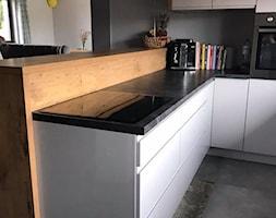 Szary połysk+dąb lancelot+ciemny blat - Średnia otwarta czarna kuchnia w kształcie litery l w aneksie z oknem, styl skandynawski - zdjęcie od AJ-Strefa Kuchni - Homebook