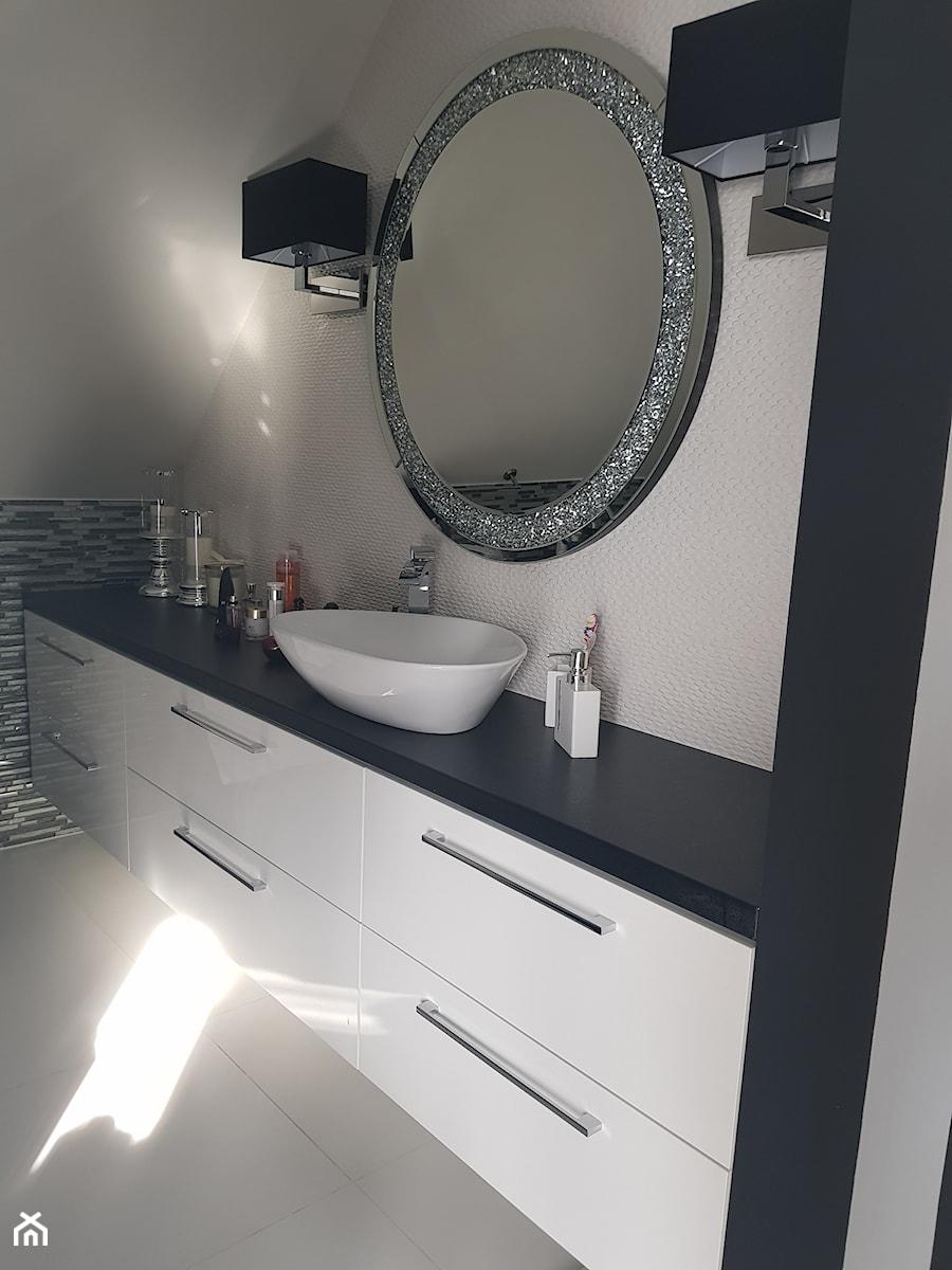 Meble łazienkowe Mała Szara łazienka Na Poddaszu W Domu