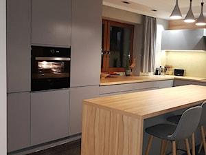 kuchnie lakierowane nowoczesne - Średnia otwarta żółta kuchnia w kształcie litery l z wyspą z oknem - zdjęcie od Projekt-Kuchnie