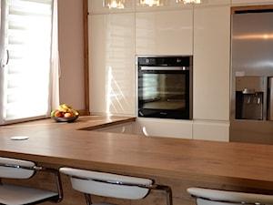 kuchnie lakierowane nowoczesne - Średnia otwarta beżowa kuchnia w kształcie litery u w aneksie z oknem - zdjęcie od Projekt-Kuchnie
