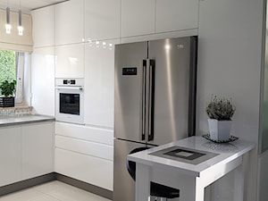 kuchnie lakierowane nowoczesne - Średnia otwarta biała kuchnia w kształcie litery u w aneksie z oknem - zdjęcie od Projekt-Kuchnie