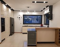 kuchnie lakierowane nowoczesne - Duża otwarta biała kuchnia w kształcie litery g z oknem - zdjęcie od Projekt-Kuchnie