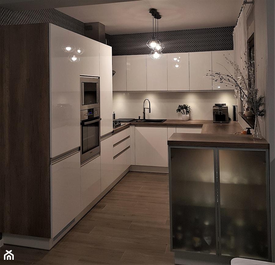 kuchnie lakierowane nowoczesne - Średnia otwarta szara kuchnia w kształcie litery g z oknem, styl nowoczesny - zdjęcie od Projekt-Kuchnie