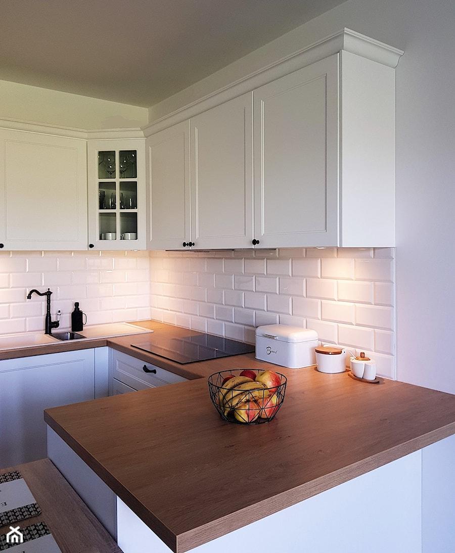 KUCHNIA - Mała otwarta biała kuchnia w kształcie litery g - zdjęcie od Projekt-Kuchnie