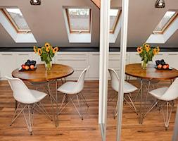 Mały Loft z duszą. - Mała otwarta beżowa jadalnia w kuchni - zdjęcie od Decolatorium