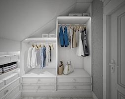 Classic beauty - Mała zamknięta garderoba na poddaszu oddzielne pomieszczenie, styl klasyczny - zdjęcie od TEMA Architekci