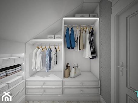 Aranżacje wnętrz - Garderoba: Classic beauty - Mała zamknięta garderoba na poddaszu oddzielne pomieszczenie, styl klasyczny - TEMA Architekci. Przeglądaj, dodawaj i zapisuj najlepsze zdjęcia, pomysły i inspiracje designerskie. W bazie mamy już prawie milion fotografii!
