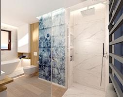 Łazienka z wanną - Duża biała niebieska łazienka w bloku w domu jednorodzinnym z oknem - zdjęcie od ROOM STUDIO - Homebook