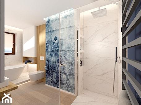 Aranżacje wnętrz - Łazienka: Łazienka z wanną - Duża biała niebieska łazienka w bloku w domu jednorodzinnym z oknem - ROOM STUDIO. Przeglądaj, dodawaj i zapisuj najlepsze zdjęcia, pomysły i inspiracje designerskie. W bazie mamy już prawie milion fotografii!