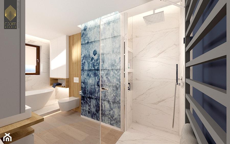 Łazienka z wanną - Duża biała niebieska łazienka w bloku w domu jednorodzinnym z oknem - zdjęcie od ROOM STUDIO