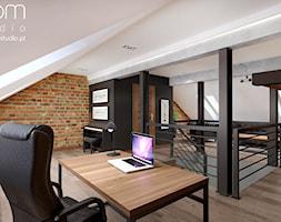 Męski gabinet - Duże szare białe biuro domowe na poddaszu, styl klasyczny - zdjęcie od ROOM STUDIO