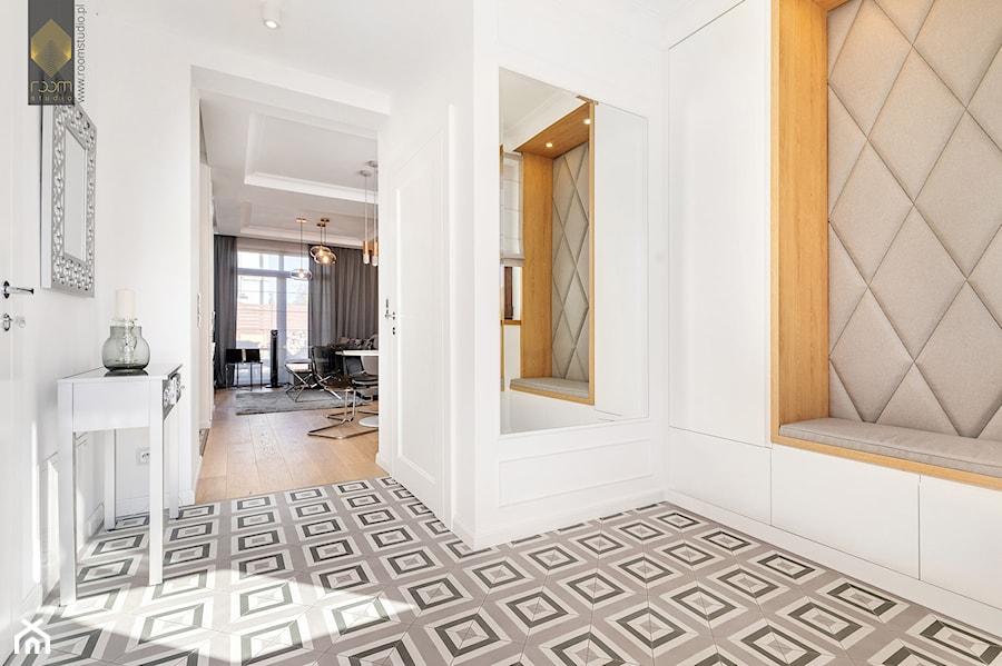 Wnętrze dla miłośników sztuki współczesnej - Hol / przedpokój, styl nowoczesny - zdjęcie od ROOM STUDIO