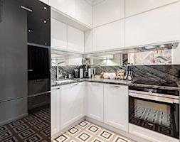 Wnętrze dla miłośników sztuki współczesnej - Mała otwarta biała szara czarna kuchnia w kształcie lit ... - zdjęcie od ROOM STUDIO - Homebook