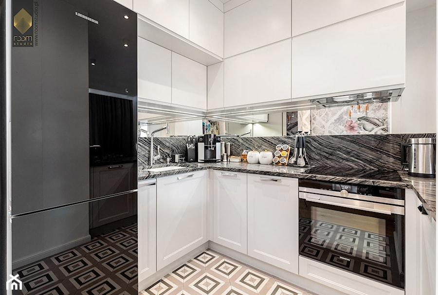 Wnętrze dla miłośników sztuki współczesnej - Mała otwarta biała szara czarna kuchnia w kształcie lit ... - zdjęcie od ROOM STUDIO