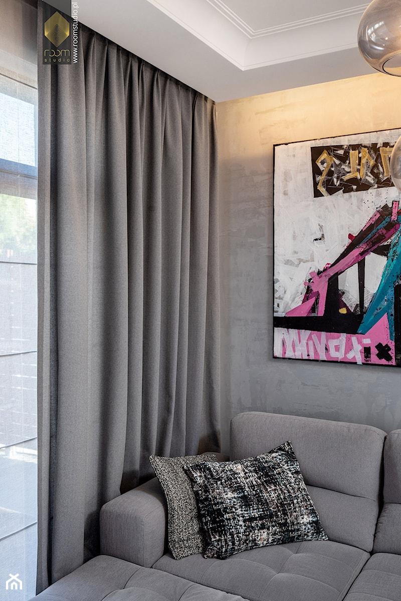 Wnętrze dla miłośników sztuki współczesnej - Salon, styl klasyczny - zdjęcie od ROOM STUDIO