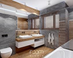 Łazienka szara z drewnem - Duża szara łazienka na poddaszu w domu jednorodzinnym z oknem, styl nowoczesny - zdjęcie od ROOM STUDIO