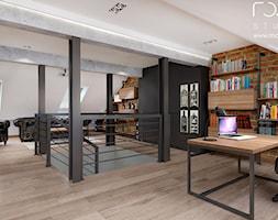 Męski gabinet - Duże beżowe czarne brązowe biuro pracownia na poddaszu, styl industrialny - zdjęcie od ROOM STUDIO