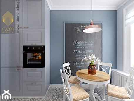 Aranżacje wnętrz - Jadalnia: Kuchnia w dwóch odsłonach - Mała otwarta szara jadalnia w kuchni, styl vintage - ROOM STUDIO. Przeglądaj, dodawaj i zapisuj najlepsze zdjęcia, pomysły i inspiracje designerskie. W bazie mamy już prawie milion fotografii!