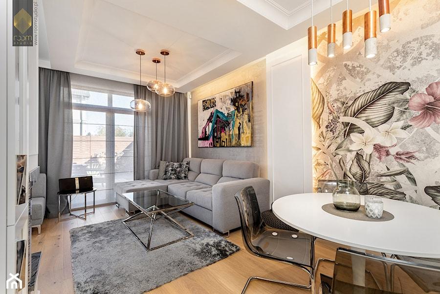 Wnętrze dla miłośników sztuki współczesnej - Średni szary biały beżowy salon z jadalnią, styl nowoc ... - zdjęcie od ROOM STUDIO