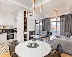 Wnętrze dla miłośników sztuki współczesnej - Średni biały salon z kuchnią z jadalnią z tarasem / bal ... - zdjęcie od ROOM STUDIO - Homebook