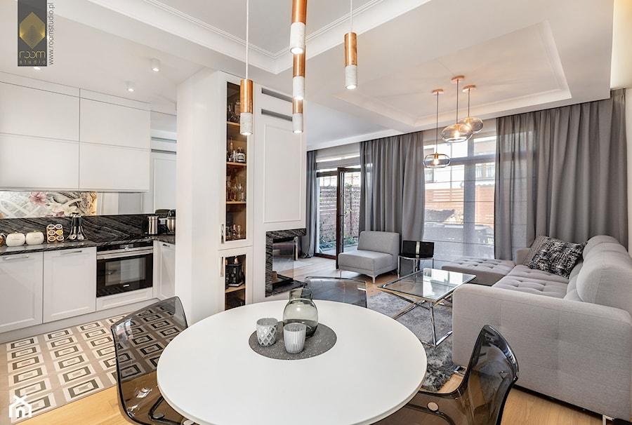 Wnętrze dla miłośników sztuki współczesnej - Średni biały salon z kuchnią z jadalnią z tarasem / bal ... - zdjęcie od ROOM STUDIO