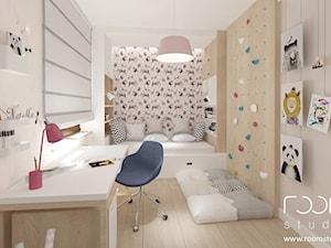 Dziewczęce pokoje - Średni biały szary różowy pokój dziecka dla dziewczynki dla ucznia dla malucha dla nastolatka, styl nowoczesny - zdjęcie od ROOM STUDIO