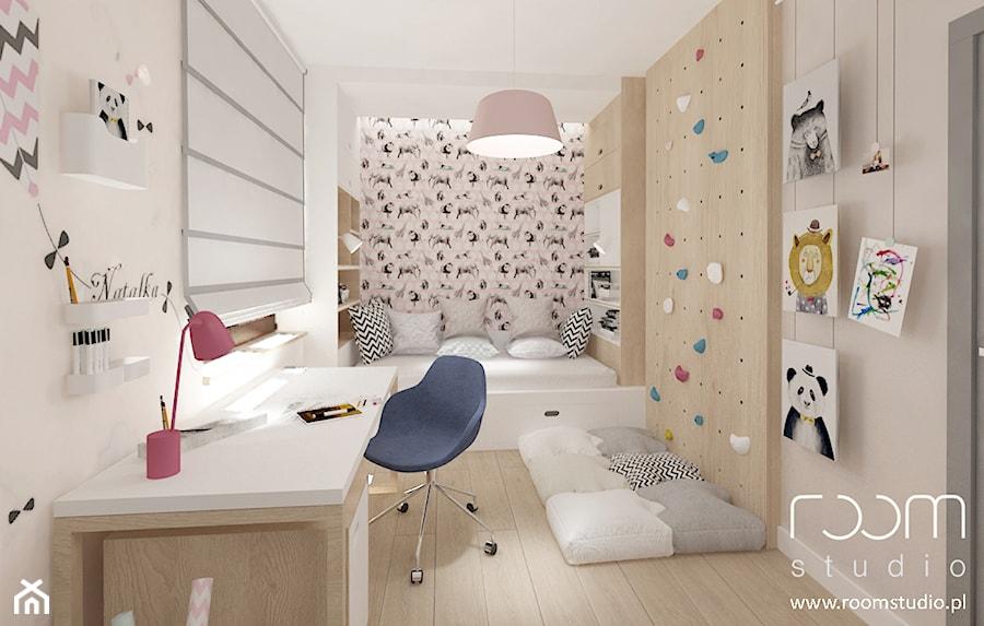 Aranżacje wnętrz - Pokój dziecka: Dziewczęce pokoje - Średni biały szary różowy pokój dziecka dla dziewczynki dla ucznia dla malucha dla nastolatka, styl nowoczesny - ROOM STUDIO. Przeglądaj, dodawaj i zapisuj najlepsze zdjęcia, pomysły i inspiracje designerskie. W bazie mamy już prawie milion fotografii!