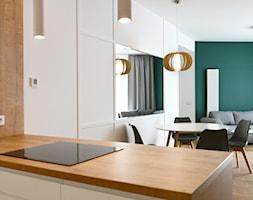 OVO WROCŁAW - Apartament Zielony - Średnia biała zielona jadalnia w salonie, styl nowoczesny - zdjęcie od ROOM STUDIO